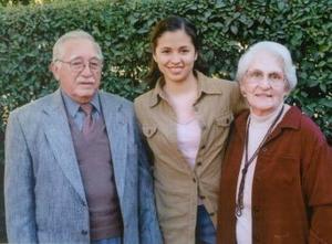 <b><u> 10 de febrero </u> </b><p>  Emilio Herrera y Elvira Arce de Herrera con su nieta Ximena Herrera Reyes en un grato convivio familiar.
