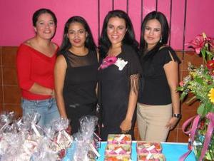 María de los Ángeles  Serna Muñoz acompañada de sus amigas, en la despedida de soltera que se le ofreció con motivo de su próximo matrimonio.