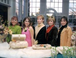 Yéssica Guzmán acompañada de Coco Méndez, Irma García, Karina Adame y Lory Adame durante su despedida de soltera.