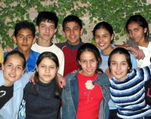Cristina González en compañía de sus múltiples amigos en el convivio que le ofrecieron sus padres con motivo de su cumpleaños