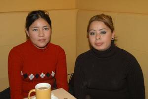 <b><u>10 de febrero</b></u><p>  Tamara Araiza Godoy y Cristal González Vargas, en un café de la localidad.
