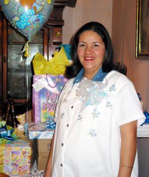 Claudia Pérez de Muñoz recibió sinceras felicitaciones, en la fiesta de canastilla que se le ofreció.