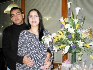 <b><u>12 de febrero </b></u><p>  Susana Rampirez en compañía de su esposo José Balderas, en la fiesta de regalos que les ofrecieron por el próximo nacimiento de su bebé.