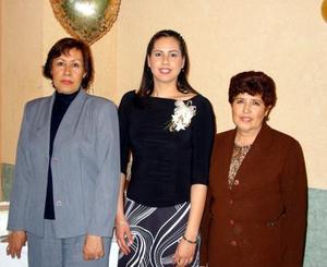<u><b>10 de febrero</u></b><p>  Martha Candelas acompañada de Juana Puentes de Valenzuela y Martha Ramírez de Candelas, en el festejo que le organizaron con motivo de su próximo matrimonio.