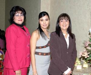 <u><b>11 de febrero</u></b><p> Miriam Guerrero con Patricia González  y Miriam Garza Méndez anfitrionas de su despedidas de soltera.