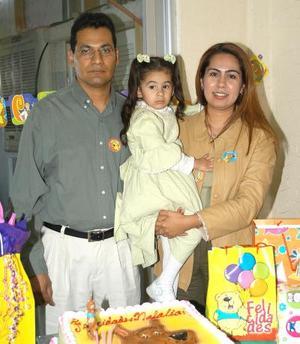 <b><u>11 de febrero</b></u><p>  Natalia Estefanía en compañía de sus papás Altagracia Herrera y Héctor Rodríguez en el convivio que el ofrecieron por su cumpleaños.