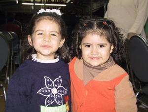 <b><u>12 de febrero</b></u><p> Las pequeños Nancy Covarrubias y Bárabara Garza fueron captadas en un convivio infantil.