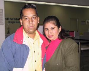 Antonio Zandete fue despedido por su esposa, Patricia Rodríguez de Zandete, antes de viajar al Distrito Federal.