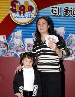 Susana Berlanga asistió a recoger su premio con su hija Daniela de cuatro años. Ella es ama de casa y puericultora de un reconocido jardín de niños.