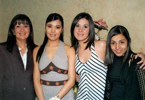 Miriam Guerrero Garza en compañía de su mamá Miriam Garza Méndez y de sus hermanas Luisa Fernanda y Liliana Guerrero Garza