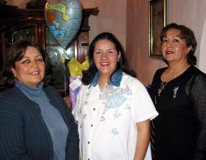 <b><u>14 de febrero </b></u><p> Claudia Pérez de Muñoz con las organizadoras de su fiesta de canastilla, Mayela y Rosy.
