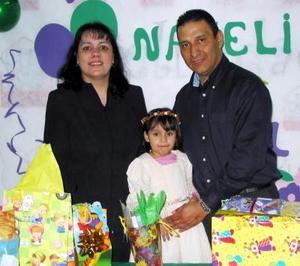 <b><u>13 de febrero</b></u><p> Nayeli Gómez Pérez acompañada de sus papás, Delia Pérez de Gómez y Alonso Gómez, en el festejo que le organizaron por su cumpleaños.