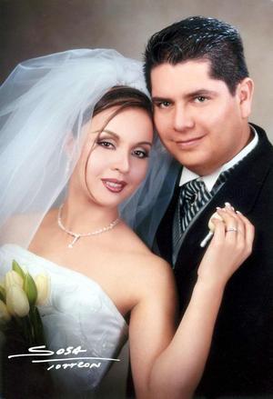 C.P. Aurelio Rangel Vaquera y C.P. Marlen Romero Segura contrajeron matrimonio cristiano el siete de febrero de 2004.<p> <i>Studio Sosa</i>