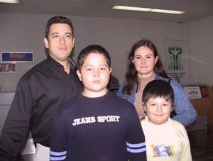 Edgardo y Magdalena Boheringer , con sus hijos Luis Ángel y Edgardo en el aeropuerto