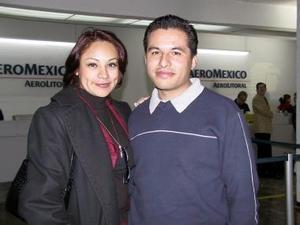<u><b>17 de febrero</u></b><p>   Regresó a México después de tratar asuntos de trabajo Édgar Quiroz, lo despidió Marú Rodríguez.