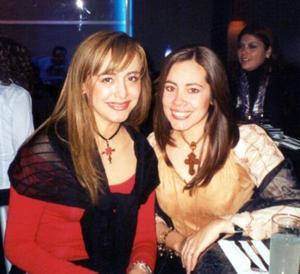 Graciela y Claudia Villalobos en un café de la localidad.