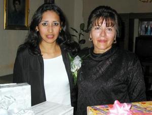 Diana Ortiz Pérez acompañada de Bertha Sánchez Melero organizadora de su despedida de soltera.