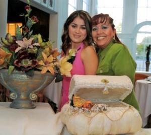 Jéssica Guzmán Méndez junto a su mamá Coco Méndez de Guzmán en la despedida de soltera que le ofreció por su próxima boda.