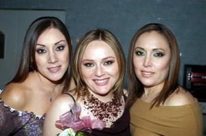 Jéssica Robles Aznar acompañada por sus hermanas Janeth y Jenny en su primera despedida de soltera.