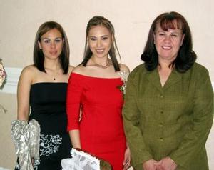 La futura novia Claudia López junto a su mamá Amelia Zúñiga y su hermana Alejandra.