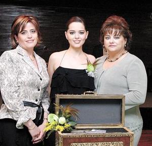 Luly Álvarez Valdés con las anfitrionas de su primera despedida de soltera, Miguel Tricio de Jaidar y Lourdes Valdés de Álvarez