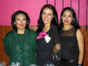 María de Los Ángeles Serna Muñoz acompañada de las organizadoras de su despedida de soltera, Angela Muñoz y Salomé Serna.