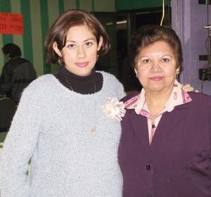 Carolina Garza de Covarrubias con la anfitriona de su fiesta de canastilla.