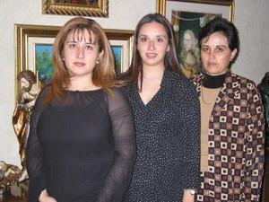 <b><u>15 de febrero </b></u><p>  María Luisa Parra de Ortiz en compañía de las organizadoras de su fiesta de regalos, María Luisa Trujillo  de Parra y Mónica Orduño de Villarreal.