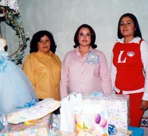 Fátima de Mendoza con Elvira Galván de Martínez y María Luisa Martínez de Amezcua, anfitrionas de su fiesta de canastilla