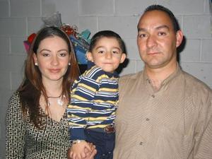 Alejandro Olllivier Ochoa en compañía de sus papás Alejandro Ollivier y Laura Ochoa en el festejo que le organizaron por su cumpleaños.