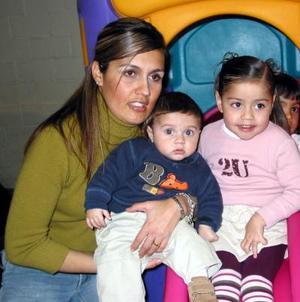 Cristina Medrano de Ríos con sus hijos  Raúl y Cristy en un festejo infantil celebrado en días pasados.