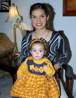 Lilia Aguilera de Gutiérrez en compañía de su hija Fernanda Gutiérrez