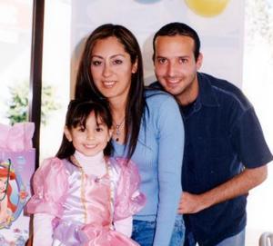 Niña Ana Sofía Bravo Hernández con sus papás Érika Hernández de Bravo  y Manuel Bravo Ostos el día que celebró su quinto cumpleaños rodeada de amiguitos y familiares.