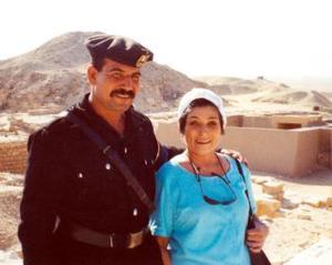 Beatriz Acevedo en su reciente visita a El Cairo fue escoltado  por un guardia egipcio, en una zona arqueológica y turística.