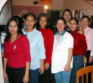 Claudia Pérez de Muñoz en compañía de algunas de las invitadas a su fiesta de regalos.