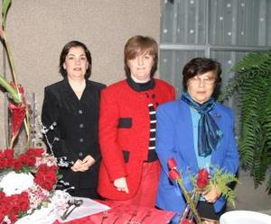 Elsa de Díaz Marina de García y Nina de Ríos anfitrionas de la pasada junta del Club de Jardinería Violeta.