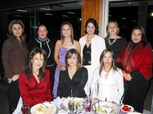 Julia Montoya en compañía de un grupo de amigas asistentes a su despedida de soltera.