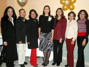 Martha Candelas Ramírez en compañía de sus amigas en la despedida de soltera que se le ofreció por su matrimonio.