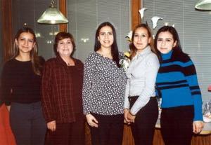 <b><u> 16 de febrero </u> </b><p>  Susana Ramírez de Balderas en compañía de las organizadoras de su fiesta de regalos, Martita de Ramírez, Anis de Montaño y Rocío Ramírez