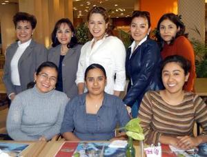 Lupita Rosales, Adriana Escalante, Carla Franco, Maribel Díaz, Teresita Torres, Cristina Pérez, Lucy Vélez y Mony Mendoza, captadas en conocido restaurante.