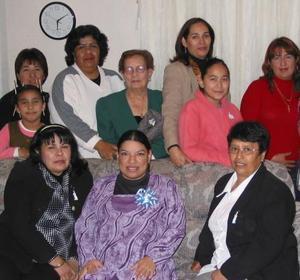 Imelda Montoya Carrillo, con un grupo de asistentes a su fiesta de regalos.