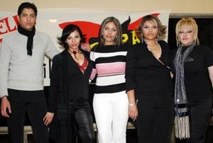 <u><b>19 de febrero</u></b><p> Zayra Servin en compañía de sus hermanos Ismael, Janine y América Servín Terán y de su mamá Maricela Terán.