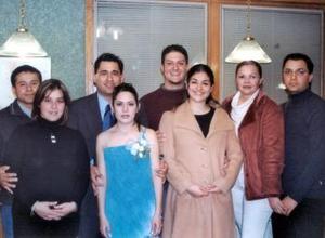 Miriam Barker y Óscar Martínez acompañados de Iván Olay, Graciela Zarzosa, Uriel Ulibarri, Cecilia Ramírez, Flor Rodríguez y Luis Enrique Silveyra, en su despedida de solteros.