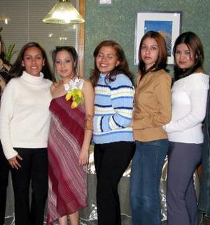 <b><u> 18 de febrero </u> </b><p>  Norma Garay Martínez en compañía de sus amigas, quienes estuvieron presentes en su despedida de soltera, realizada en días pasados.