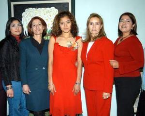 <b><u> 19 de febrero </u> </b><p> Cindy Alvarado Herrera en compañía de algunas de las asistente a su despedida de soltera, realizada en días pasados