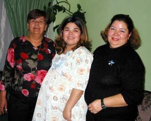 Gabriela Chávez de De Regil en compañía de las organizadoras de su fiesta de canastilla, las señoras Chayo y Laura.
