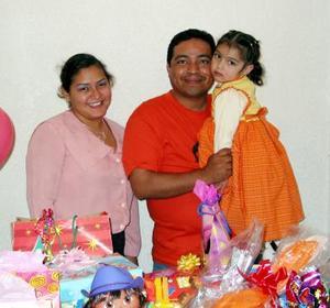 América Valeria Arreola Gurrola acompañada de sus papás, Jesús Arzola Molina y Juanis Gurrola, organizadores de su fiesta de cumpleaños.