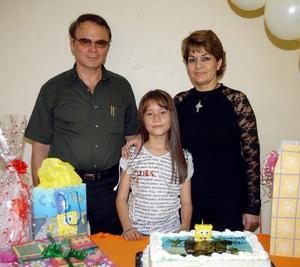 Astrid Argote Alcalá en compañía de sus papás, Claudia Argote y Verónica Alcalá, organizadores de su fiesta de cumpleaños.