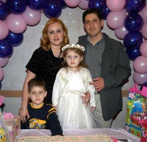 Gina Sofía Contreras Ortiz festejó su cumpleaños en compañía de sus papás, Édgar Contreras y Astrid Ortiz y de su hermano Édgar.