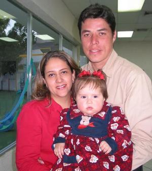 Huguette Prado Valenzuela acompañada de sus papás , Victor Hugo Prado y Blanca O Valenzuela, en pasado festejo infantil.